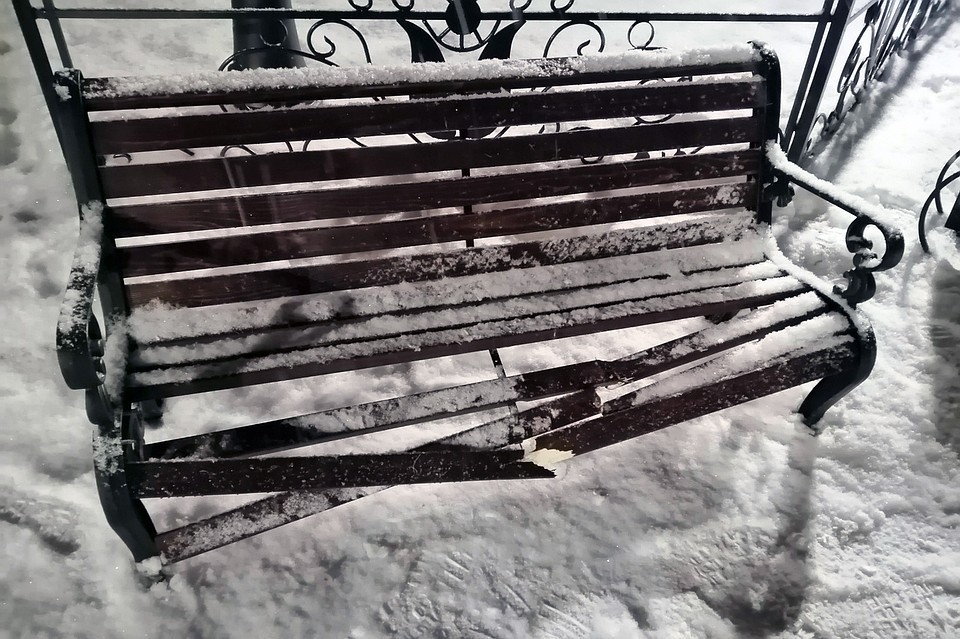 Подростки развлекались тем, что прыгали на новеньких скамейках. Фото: Анастасия Барсукова