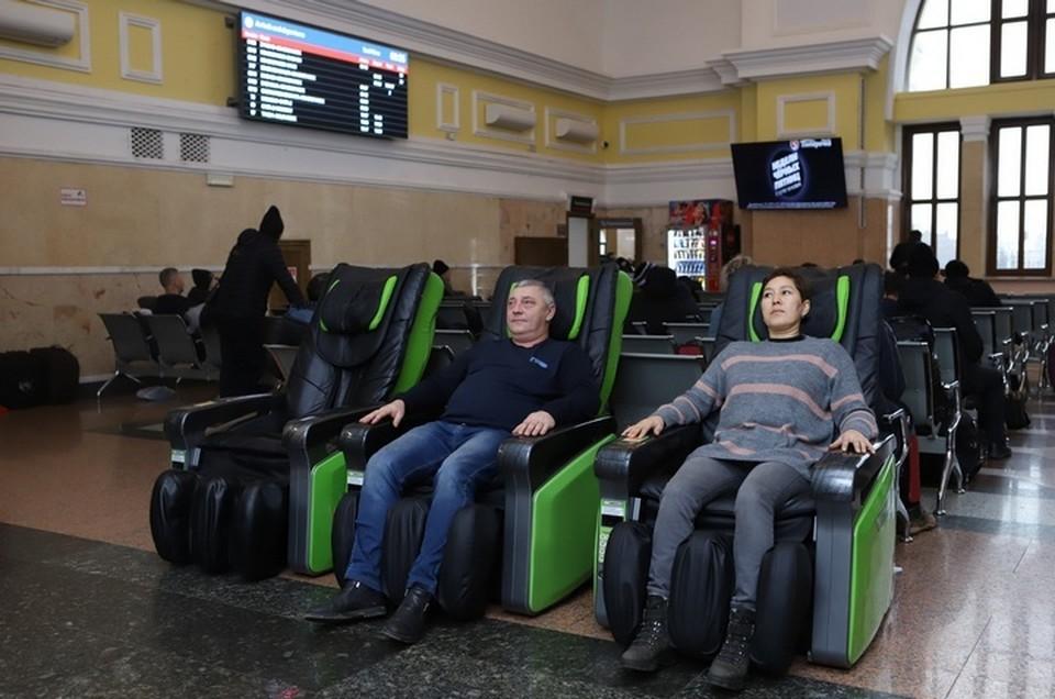 В Красноярске на железнодорожном вокзале установили массажные кресла. Фото: пресс-служба КрасЖД