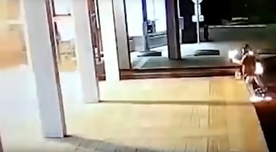 Закидавшие коктейлями Молотова мэрию Красноярска пошли под суд. Фото: стоп-кадр Baza