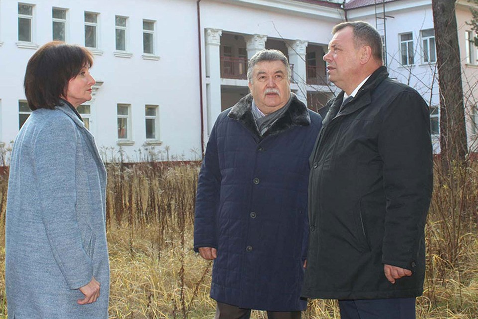 Владимир Оборотов (справа) осмотрел социальные объекты района.