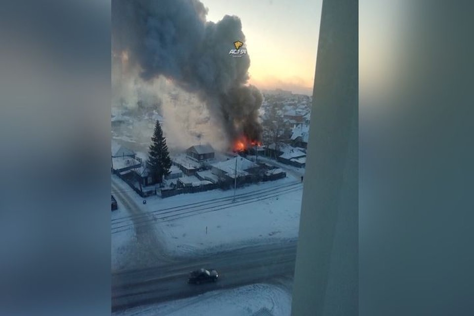 Пожар был виден из окон соседних домов. Фото: Новосибирская служба эвакуации «АСТ-54».