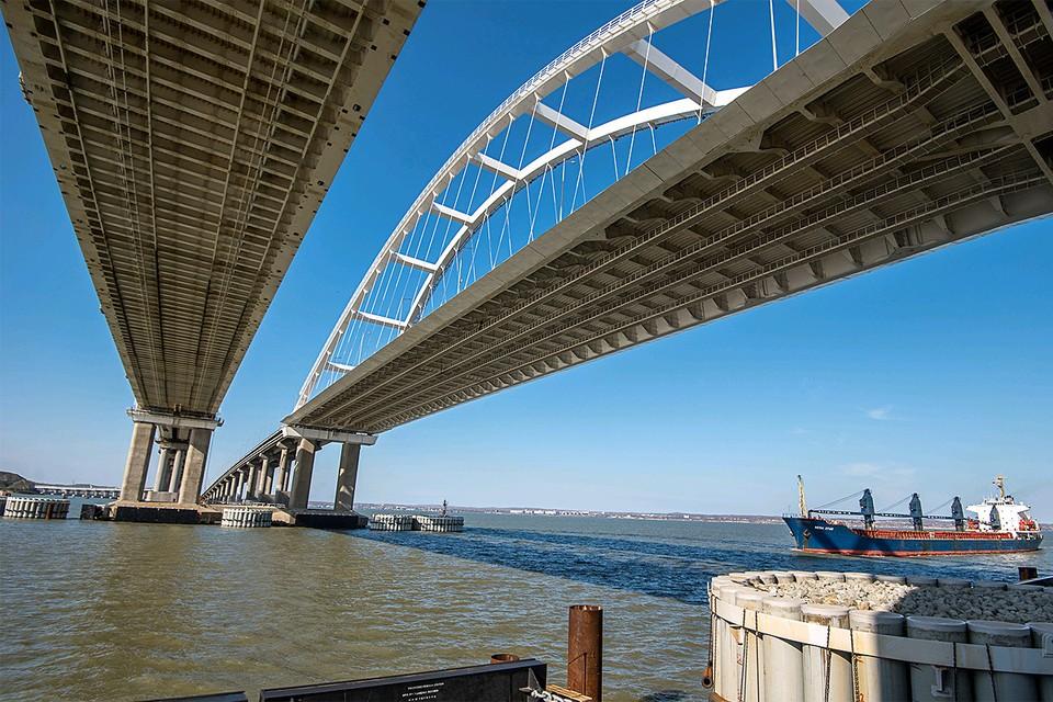Проход грузового судна под Крымским мостом в Керчи.