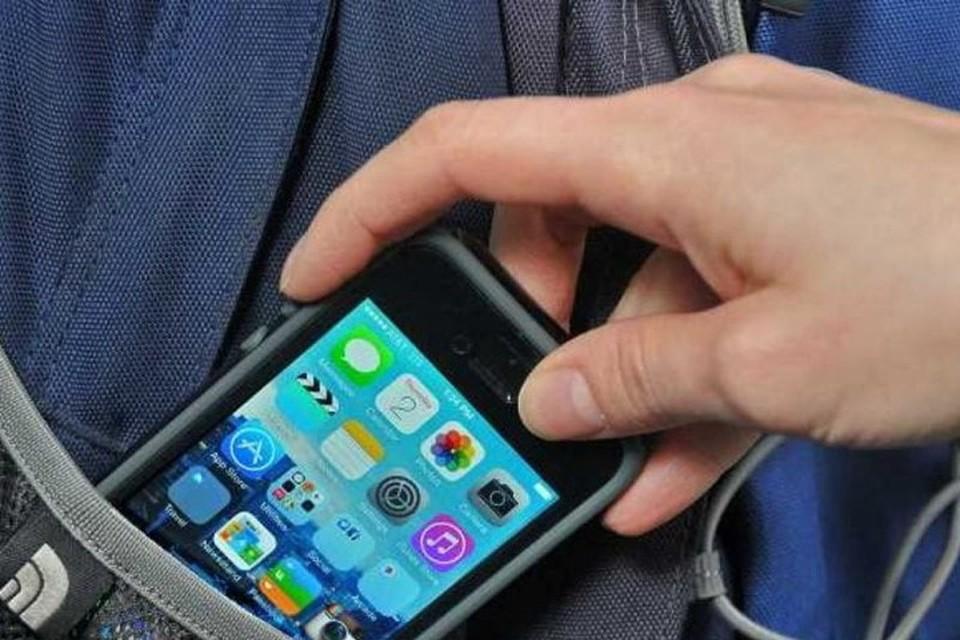 Девушка незаметно достала из кармана пенсионерки понравившийся ей мобильный телефон. Фото: koltushi24.ru