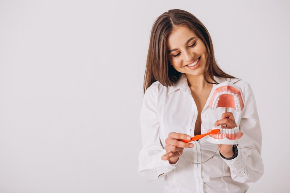 На помощь зубной щетке приходит современная техника. Фото: freepik.