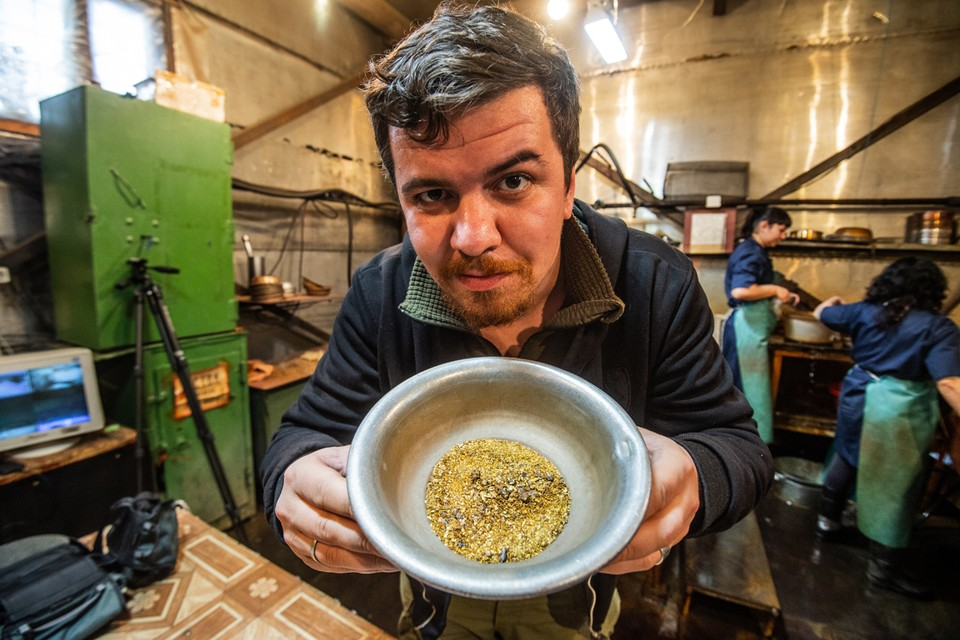 В артелях золото выглядит жалко (плошка в руках у Гусейнова). Зато потом на аффинажном заводе оно станет аппетитным и завораживающим.