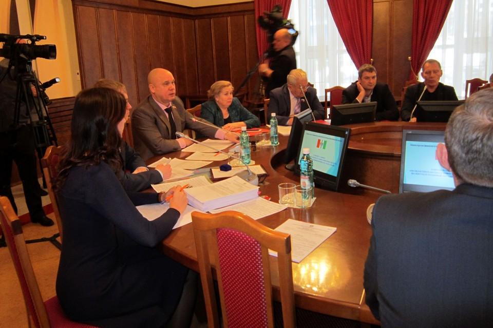 Парламентарии обсуждают темпы строительства ФАПов и мероприятия по уходу за пожилыми людьми.