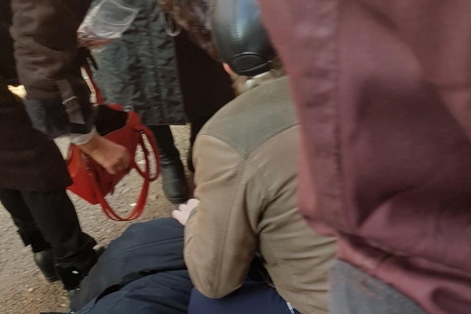 По словам очевидцев, мужчина был в возрасте, в один из моментов он оступился и упал.