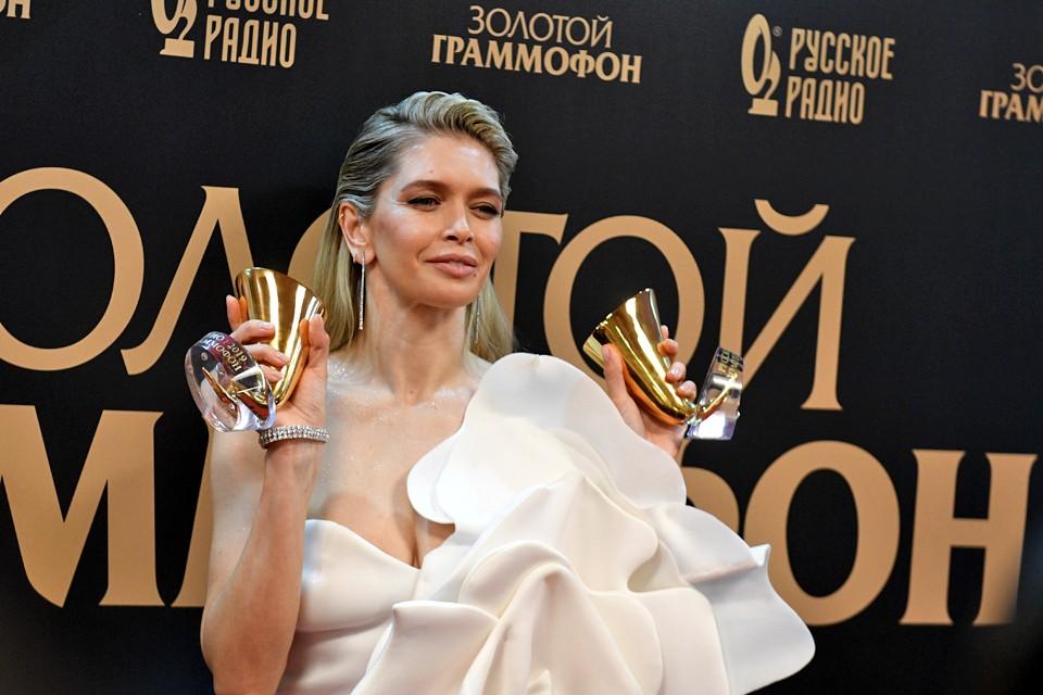 """Вера Брежнева унесла с церемонии премии """"Золотой Граммофон"""" две статуэтки."""