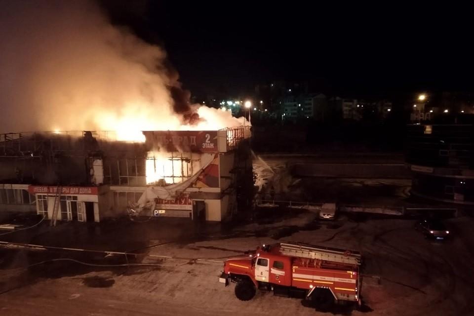 Огонь уничтожил 1200 кв.м: мебельный магазин сгорел в Иркутске 26 ноября