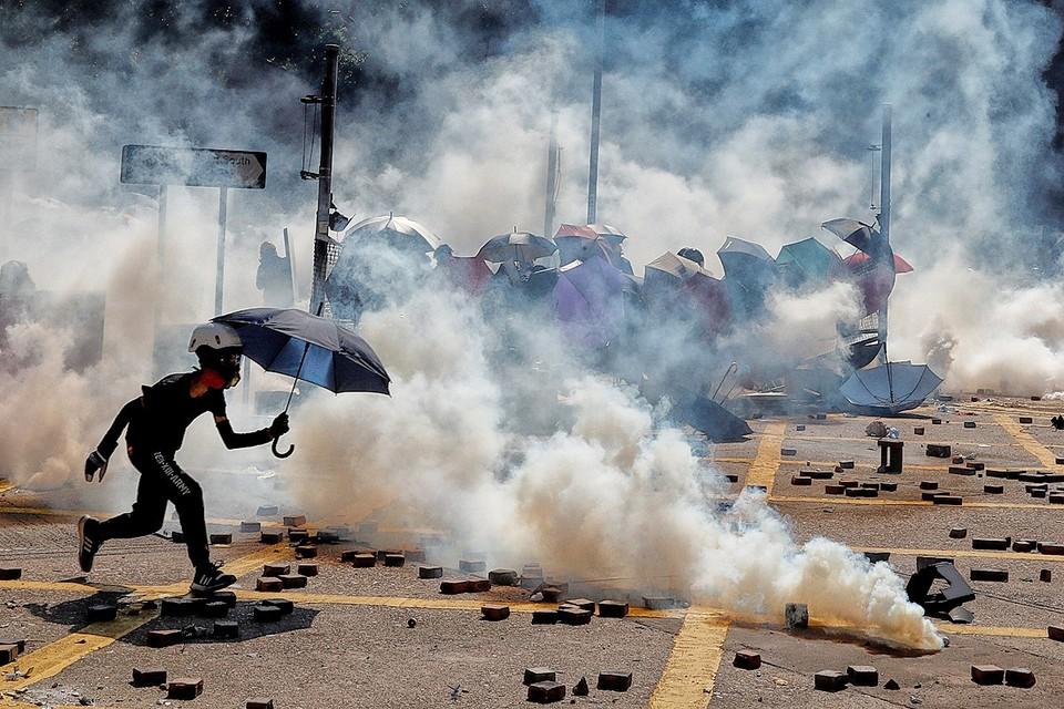 Уличные бои протестующих и полицейских на улицах Гонконга.