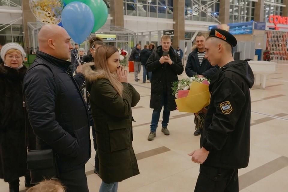 В аэропорту Красноярска солдат предложил руку и сердце своей любимой. Стоп-кадр видео