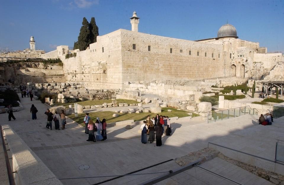 От Иерусалимского храма осталась только стена.