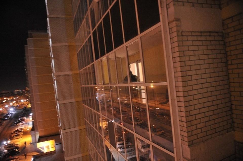 Следователи проводят обыск в квартире, где произошло убийство