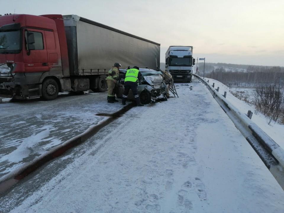 Лобовое столкновение легковушки и грузовика Фото: ГУ МВД по Красноярскому краю