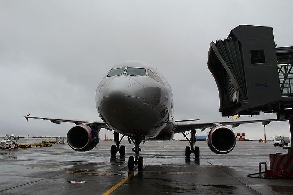 Задержка произошла из-за того, что самолет за туристами не смог вылететь из Нанкина (Китай) - там аэропорт был закрыт на двое суток.