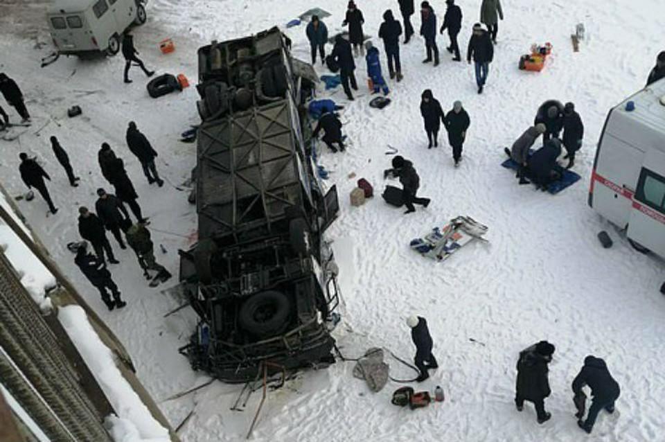 Автобус упал с моста в реку в Забайкалье: известно о 19 погибших.