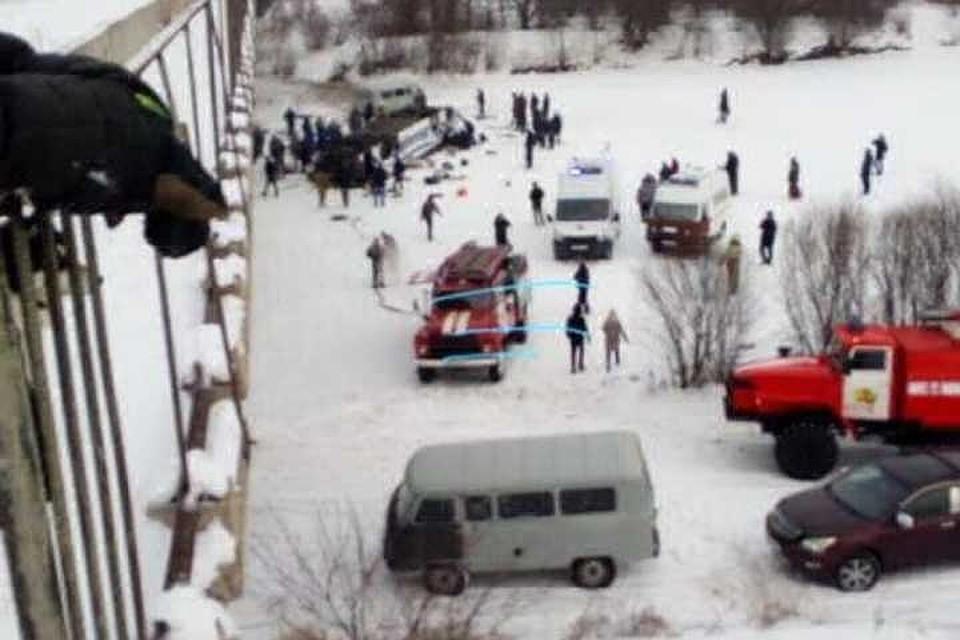 Автобус, рухнувший с моста в Забайкалье, поставили на колеса. Фото: соцсети