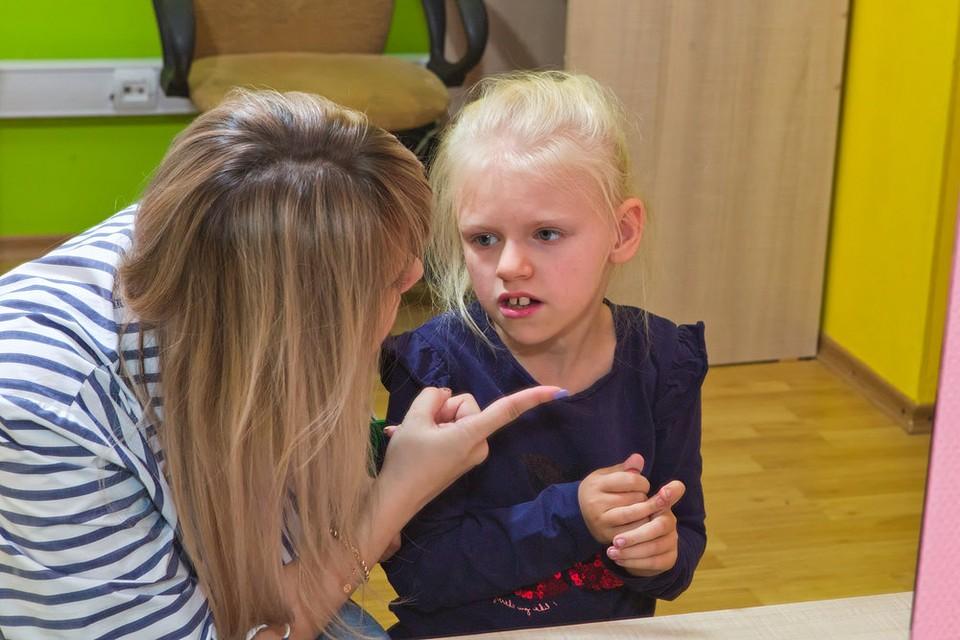 Девочка все прекрасно понимает, но говорить как все пока не может, утверждают специалисты.