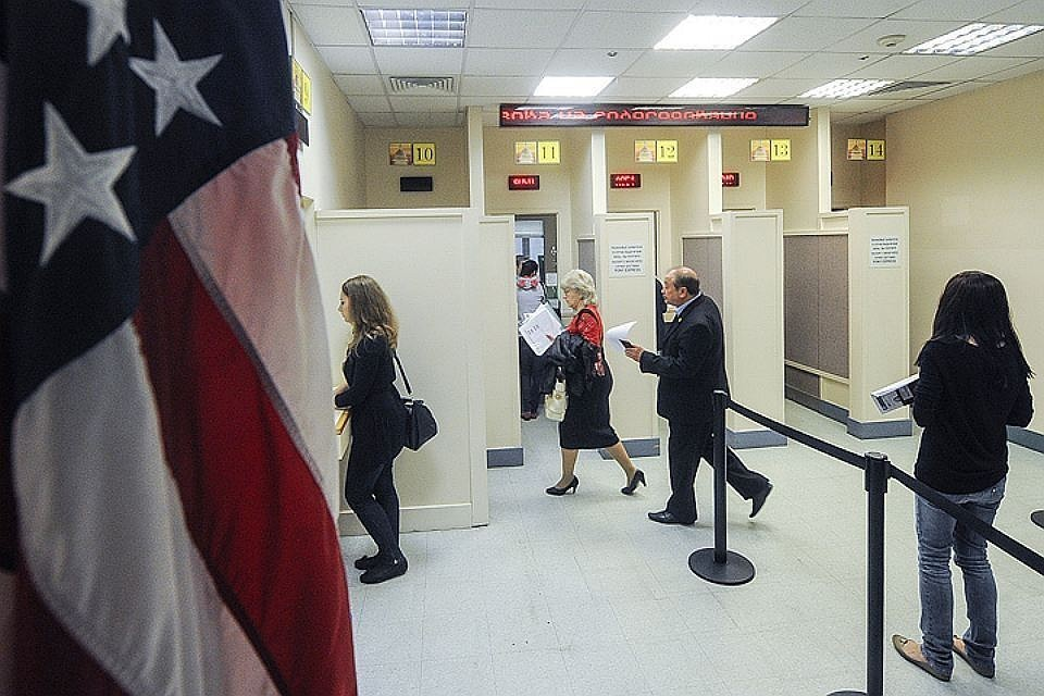 Во время регистрации в консульском отделе посольства США в Москве. Фото ИТАР-ТАСС/Александра Мудрац