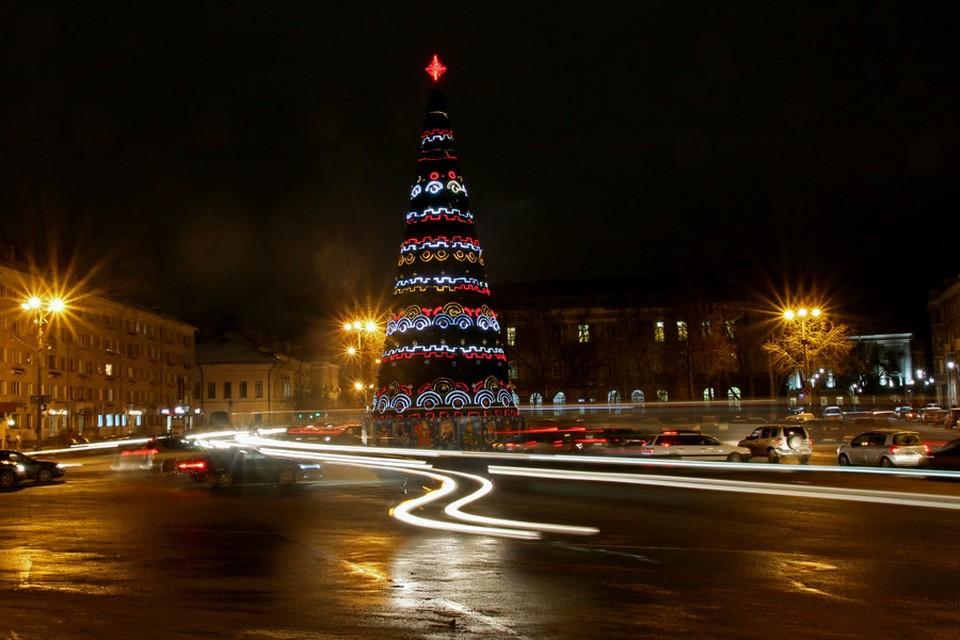 В центре Пскова рабочие продолжают устанавливать главную ёлку города.