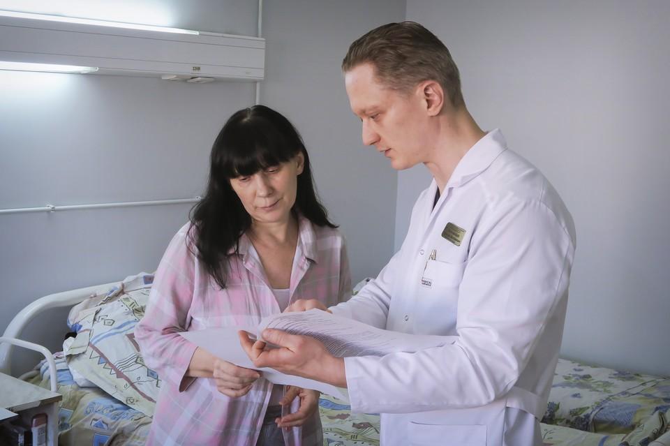 Пациентка Елена и торакальный хирург Николай Нарыжный. Фото: Краевой клинической больницы №1.