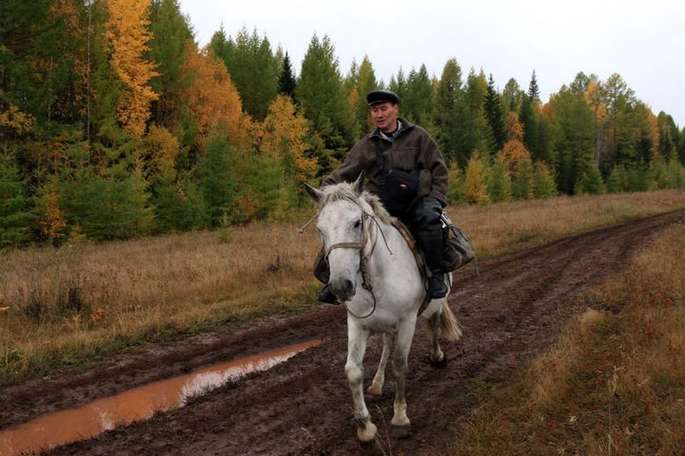 Почтальон Печкин на Бэхе Х5: сибиряк доставляет почту в глухие деревеньки за 150 км на коне. Фото: Борис СЛЕПНЕВ.