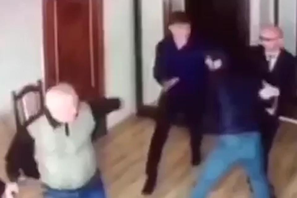 Дебошир напал на чиновников