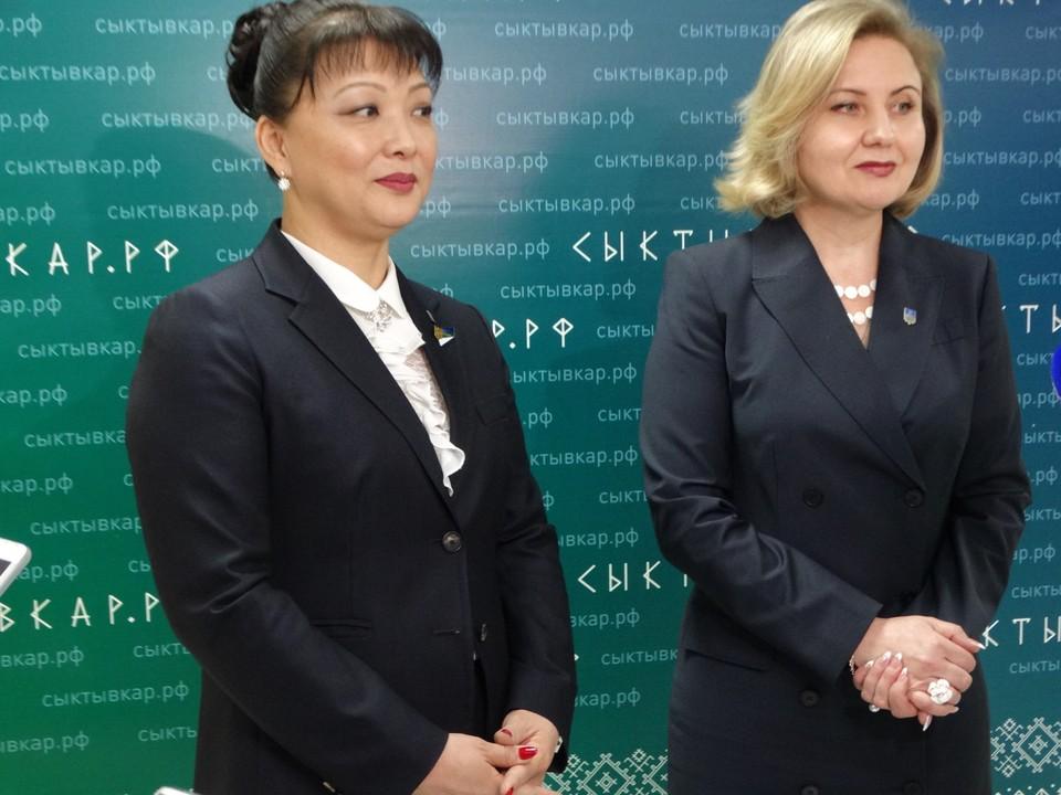 Председатель Совета депутатов города Анна Дю (слева) и новоиспеченный мэр Наталья Хозяинова (справа)