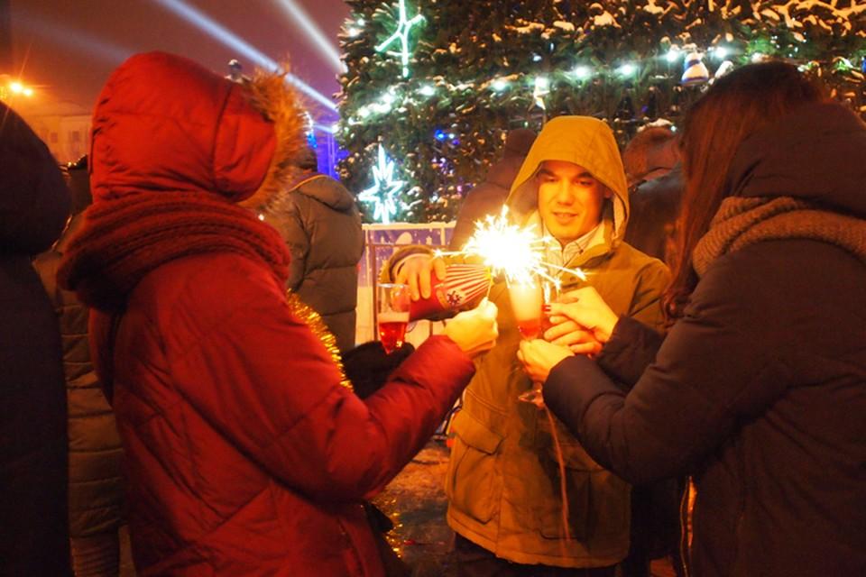 До самого нового года на площади будут проходить народные гулянья