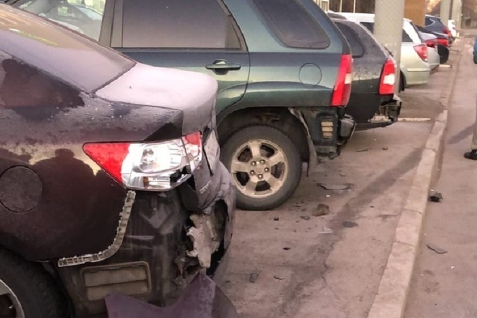 Мужчина на SAAB снес столб и целый ряд припаркованных машин в Петербурге