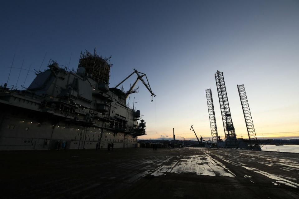 """Пожар на """"Адмирале Кузнецов"""" случился во время сварочных работ. Фото: gov-murman.ru"""