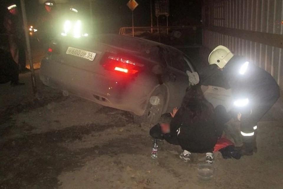 После столкновения полицейский выжил, а пассажирка такси погибла.