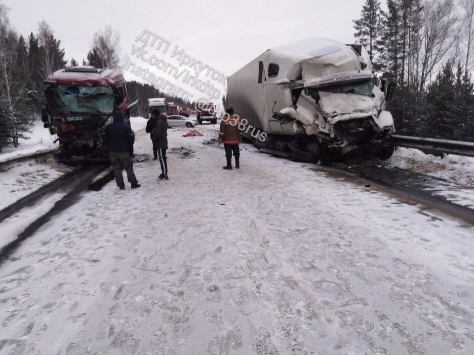 """В лобовом столкновении двух фур в Тайшетском районе погиб человек. Фото: группа """"ДТП 38"""" в соцсети """"ВКонтакте"""""""