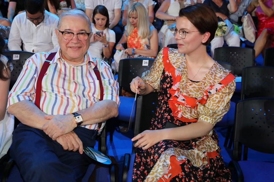 Едва Петросян развелся с Еленой Степаненко, как снова отправился в загс. На сей раз избранницей мэтра стала его 30-летняя помощница Татьяна Брухунова.