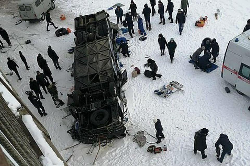 Автобус упал в реку под Читой: пассажиры оказались сплющены, как в консервной банке.