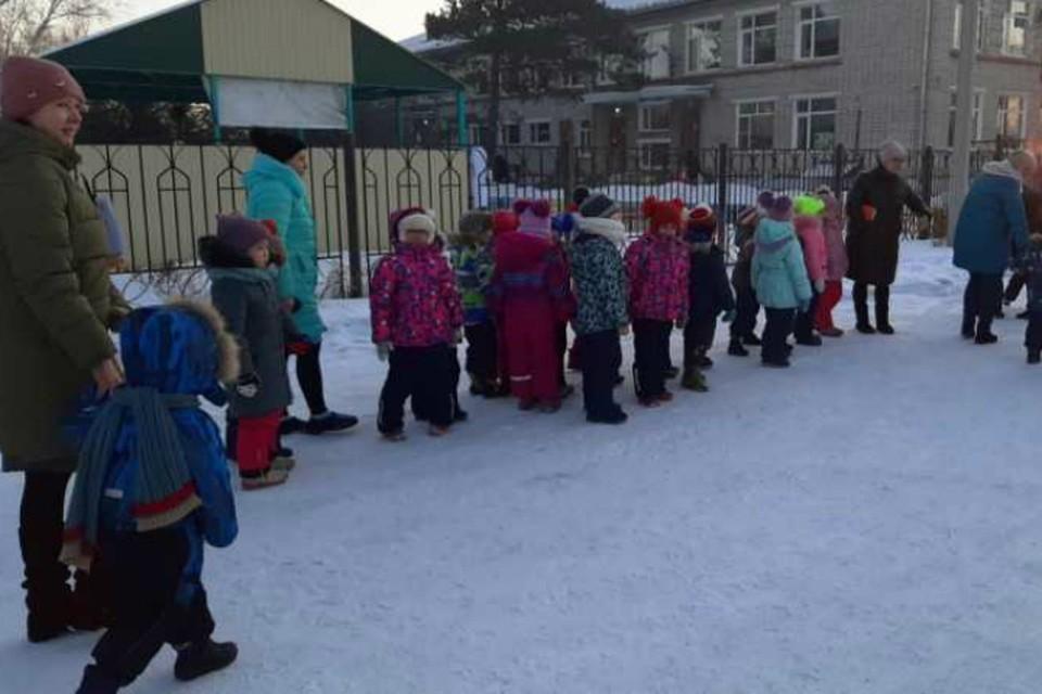 В детских садах Биробиджана началась эвакуация из-за сообщений о минировании