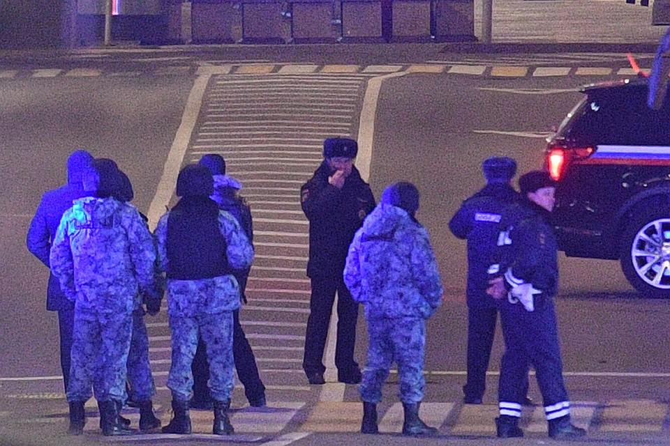 Сотрудники полиции на месте стрельбы в центре Москвы.