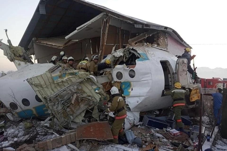 На борту разбившегося самолета в Казахстане было сто человек