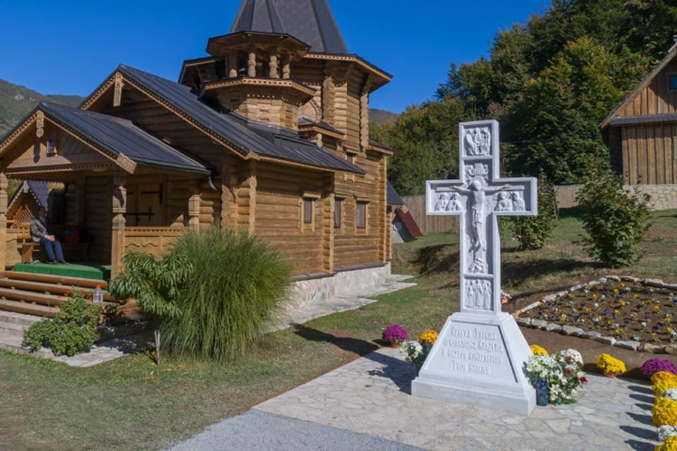 Осенью «символ веры» появился в Сербии, а следующей весной новый крест освятят в Петербурге. Фото предоставлено фондом «Созидающий мир».