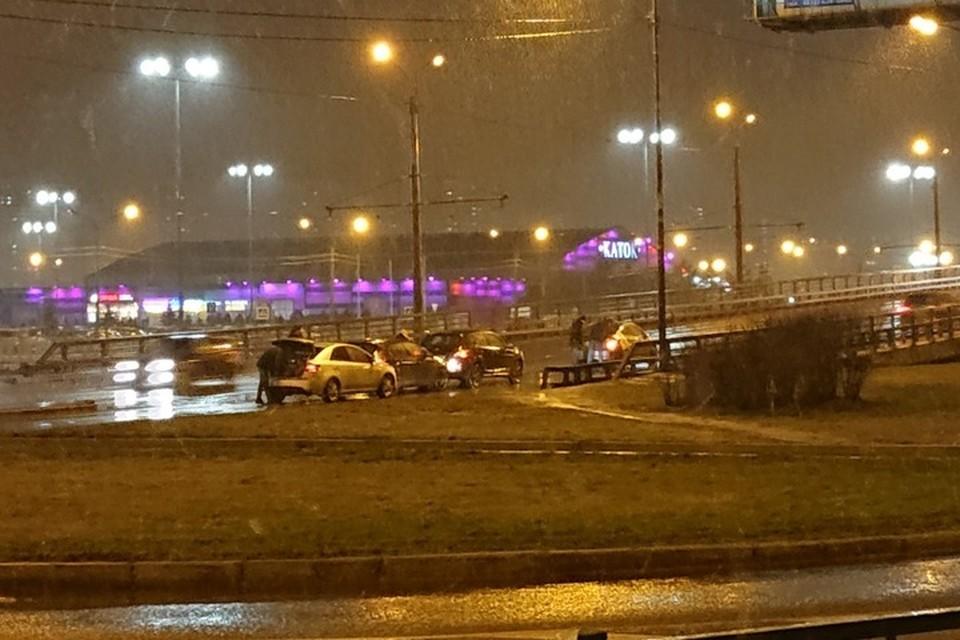 По счастью, обошлось без пострадавших - тяжелой аварию нельзя назвать при всем желании. Фото: ДТП и ЧП | Санкт-Петербург | Питер Онлайн | СПб.