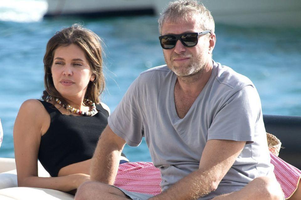 Раньше Роман Абрамович приезжал на Сен-Бартс вместе с женой Дарьей Жуковой. Два года назад супруги развелись, и теперь отдыхают на острове по очереди.