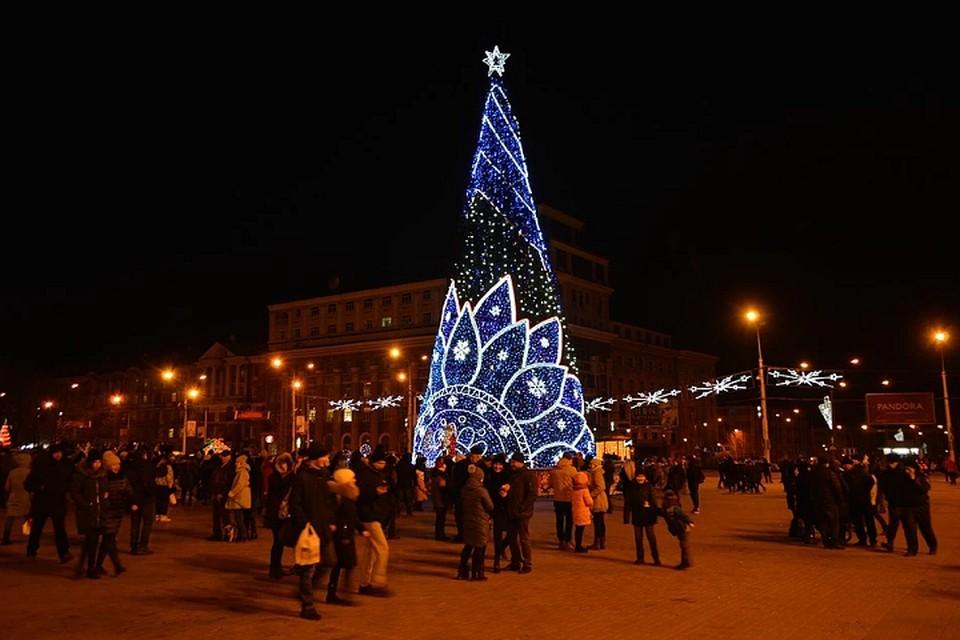 Возле елки на площади Ленина жители ДНР желали друг другу мира, счастья и благополучия