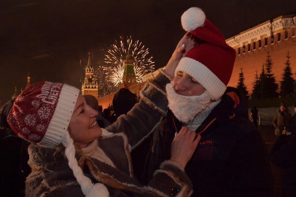 Выходит, вроде бы тратим на удовольствия, а на самом деле экономику поддерживаем в праздники.