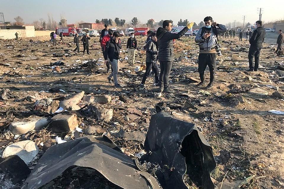Обломки самолета разбросало от удара на несколько километров.