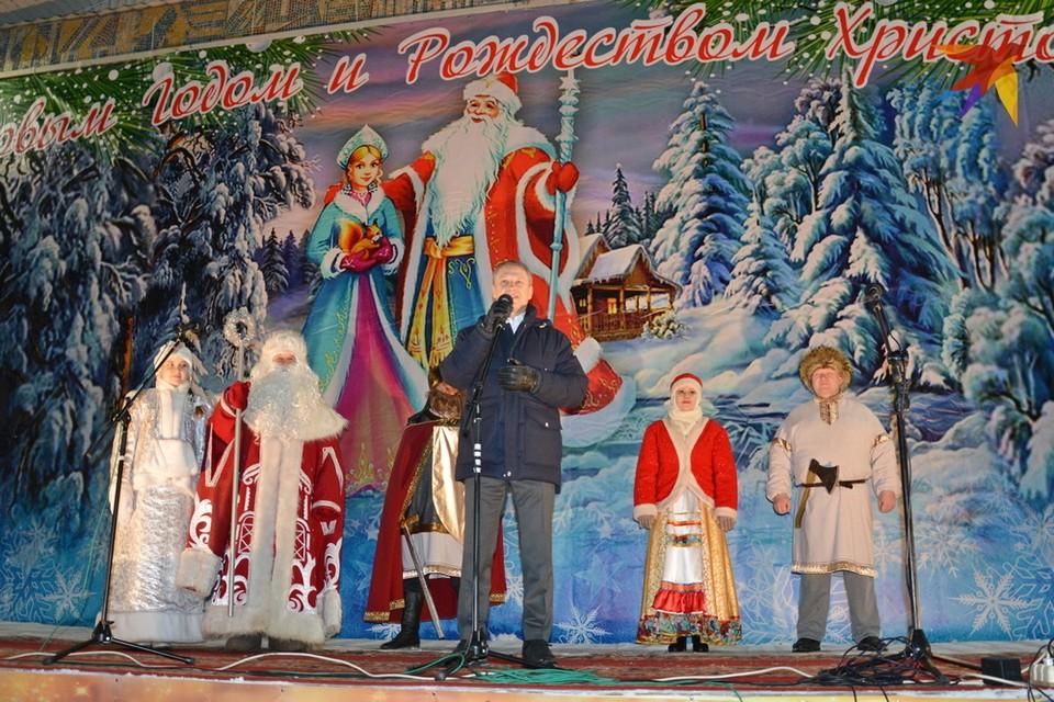 Вместе со сказочными персонажами шиловцев поздравил и их земляк, председатель облдумы Аркадий Фомин.