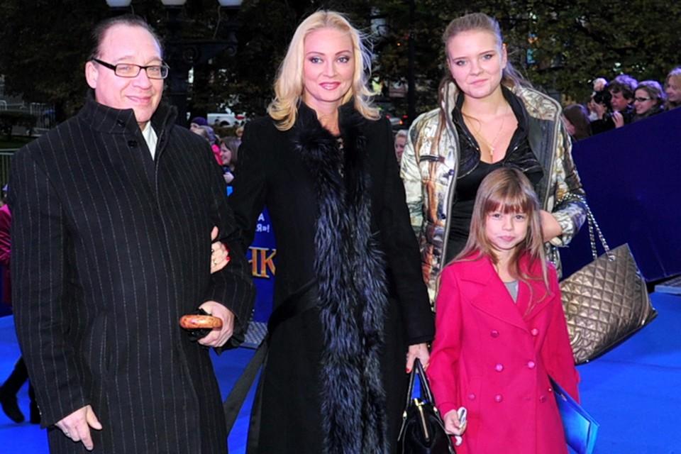 Максим Дунаевский со своей седьмой женой Мариной, дочерью Полиной (на переднем плане) и приемной дочерью Марией.