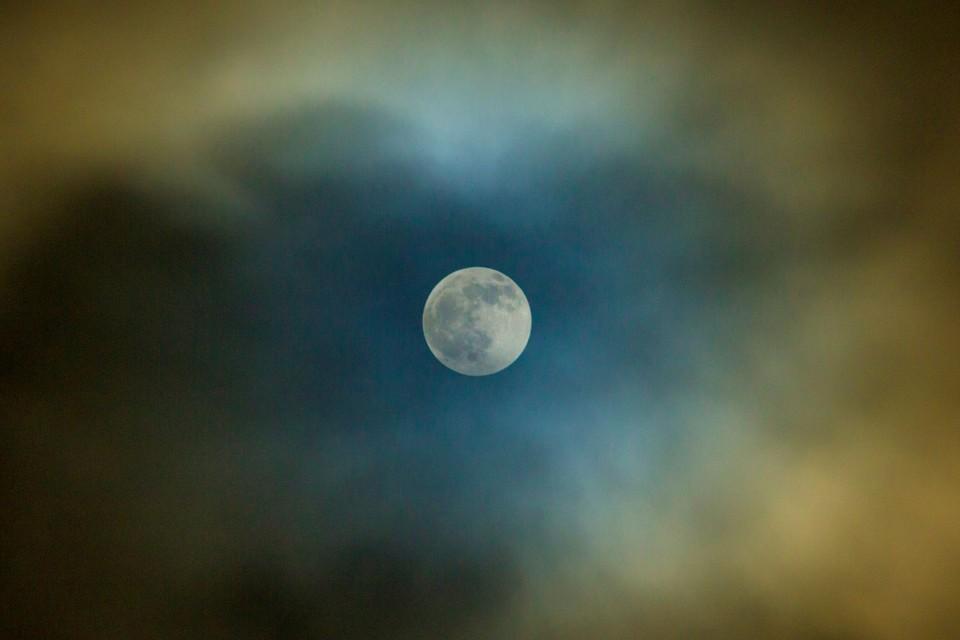 Во время лунного затмения с неба пришел странный радиосигнал