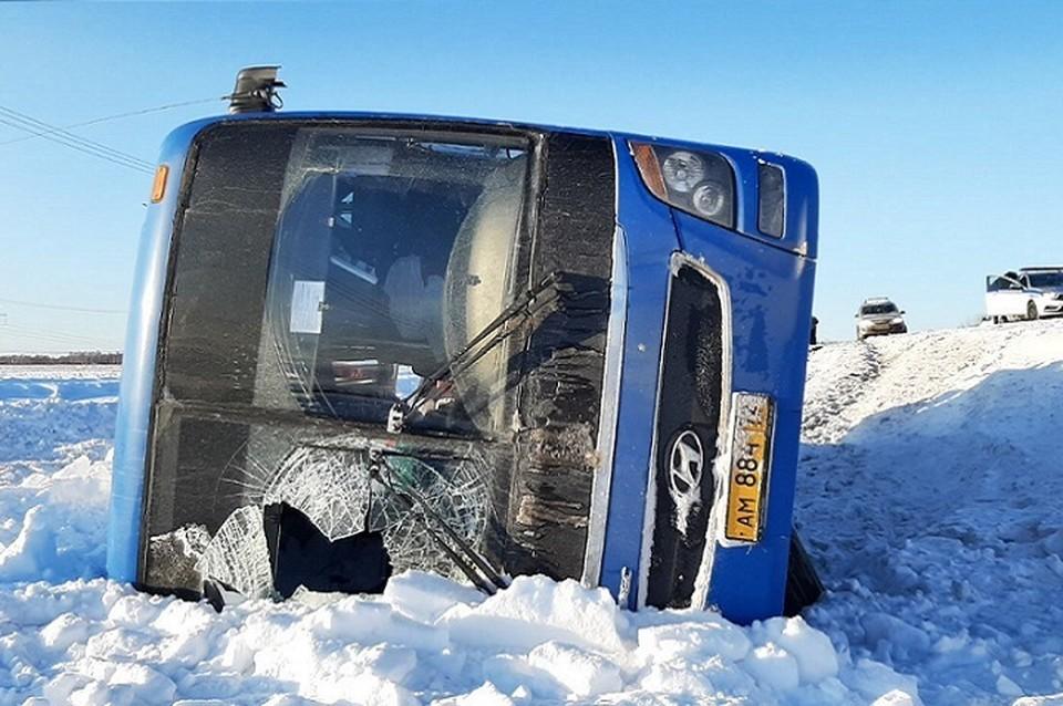В Тюменской области рейсовый автобус столкнулся с автокраном: семь человек пострадали