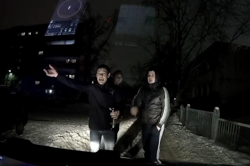В Дзержинске трое пьяных парней перекрыли дорогу таксисту, везшему ребенка. ФОТО: Регион-52