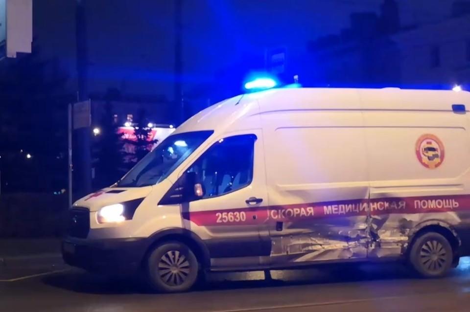 Инспекторы ГИБДД устанавливают виновника аварии в ДТП машины скорой помощи и такси в Петербурге. Фото: vk.com/spb_today